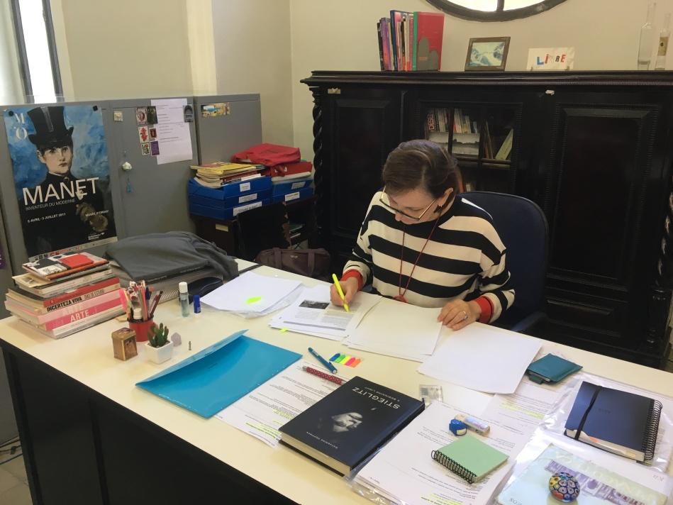 Laura Abreu fazendo anotações em seu local de trabalho no museu. Foto: Felippe Naus