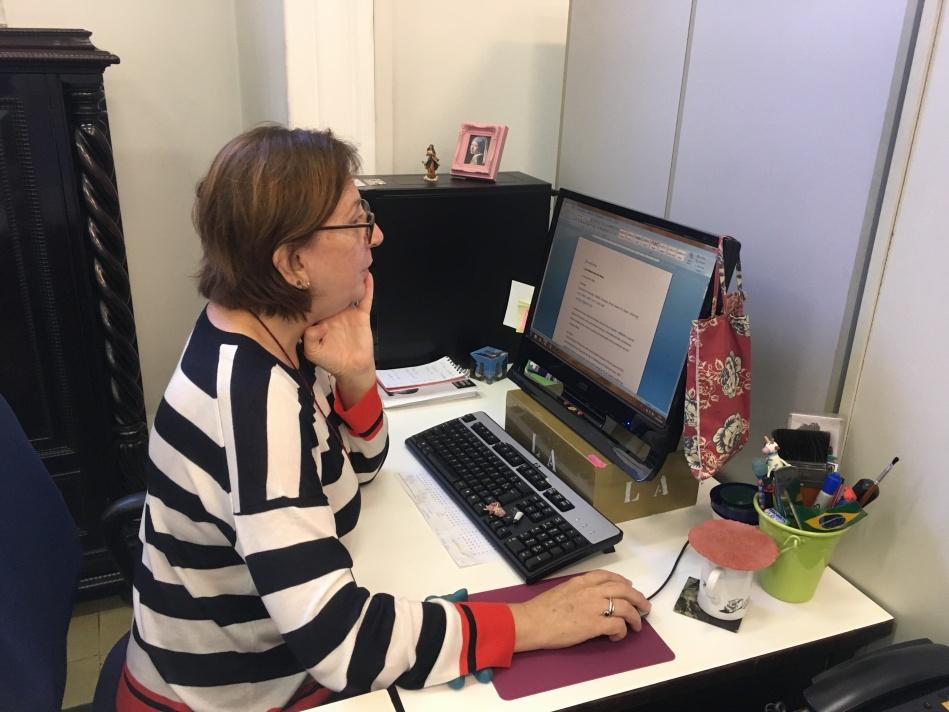 Laura Abreu e o constante exercício de pesquisa para as curadorias. Foto: Felippe Naus