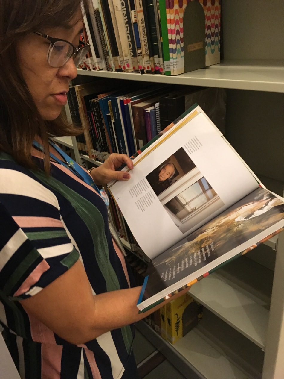 A bibliotecária Mary Komatsu exibe os livros do acervo com orgulho. Foto:Felippe Naus