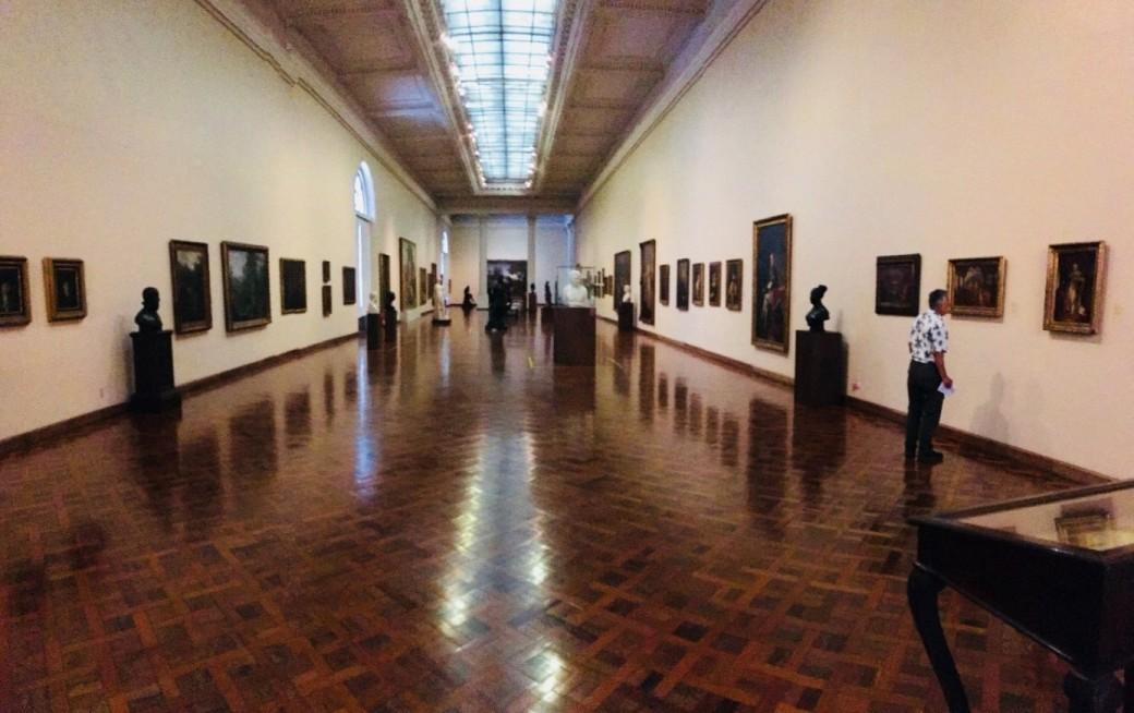 Um dos corredores da Galeria de Arte Brasileira do Século XIX. Foto:Felippe Naus