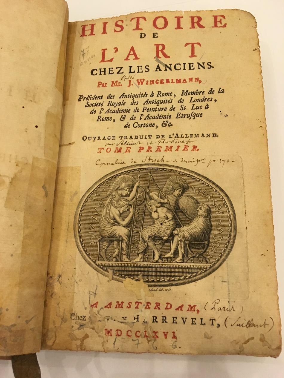 Um dos livros raros mais antigos da biblioteca do MNBA. Foto: Felippe Naus
