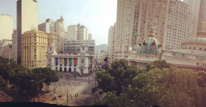 Diferença do passado para os dias atuais do centro. Vista panorâmica feita pela varanda do MNBA com vista para o Theatro Municipal e a Câmara dos Vereadores. Foto: Felippe Naus