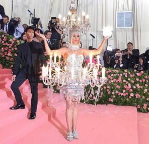Katy Perry e seu exótico lustre (Foto: Divulgação MET)