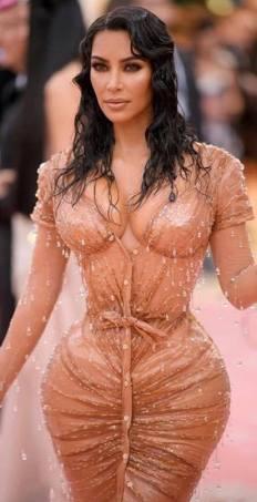 Kim Kardashian apostou em um look com tons de nude (Foto: Divulgação MET)