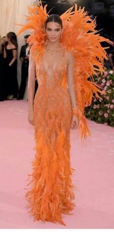 Kendall Jenner e suas plumas (Foto: Divulgação MET)