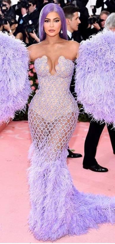 Kylie Jenner foi outra estrela que usou e abusou das plumas (Foto: Divulgação MET)