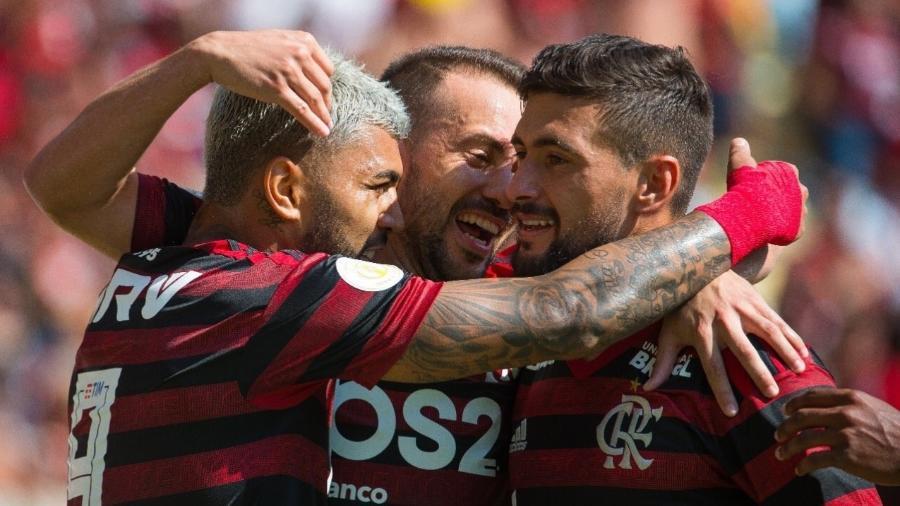 jogadores-do-flamengo-comemoram-em-goleada-contra-o-goias-1563122544034_v2_900x506